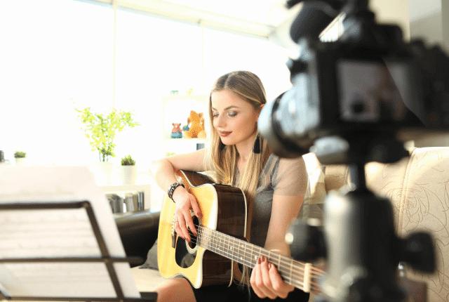 הפקת סרטונים, אישה עם גיטרה