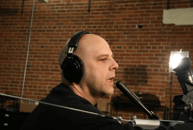 בעת הפקת סרטון איש עם אוזניות