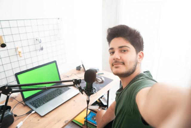 בחור בעת הפקת סרטונים לפייסבוק ולרשתות החברתיות