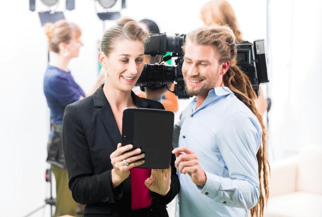 גבר ואשה מבצעים הפקת סרטונים לאינטרנט עם מצלמה
