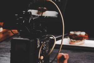 מצלמה לביצוע הפקת סרטוני תדמית