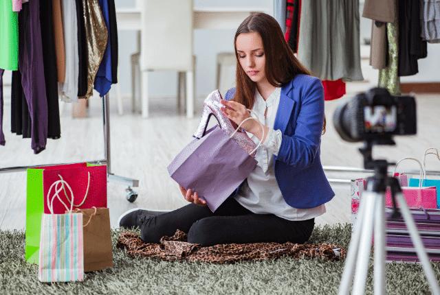 אשה מצטלמת בחנות בגדים כשהיא על הרצפה