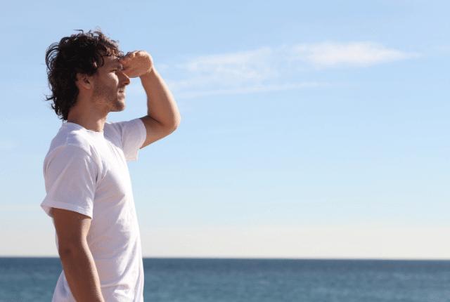 איש צופה בים
