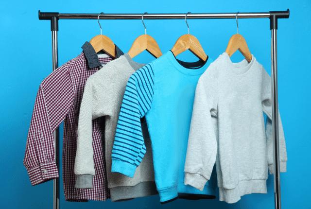 בגדי ילדים תלויים על עמוד