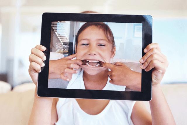 ילד בתוך טאבלט פותח את השיניים