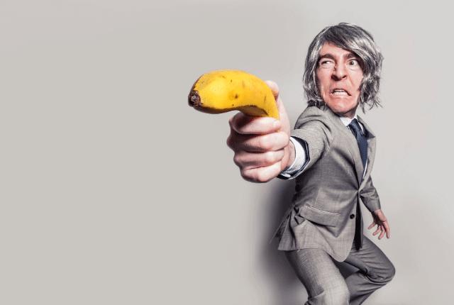 איש יורה בבננה