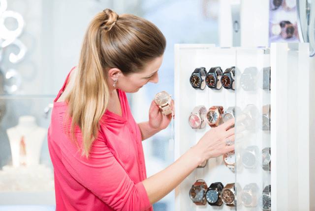 אישה מסתכלת על שעונים בחנות