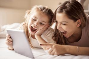 אימא ובת רואים סרטון וצוחקות