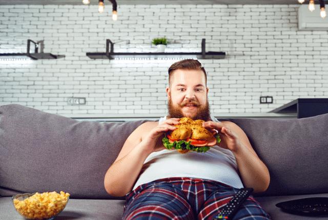 איש מצחיק אוכל המבורגר מוזר