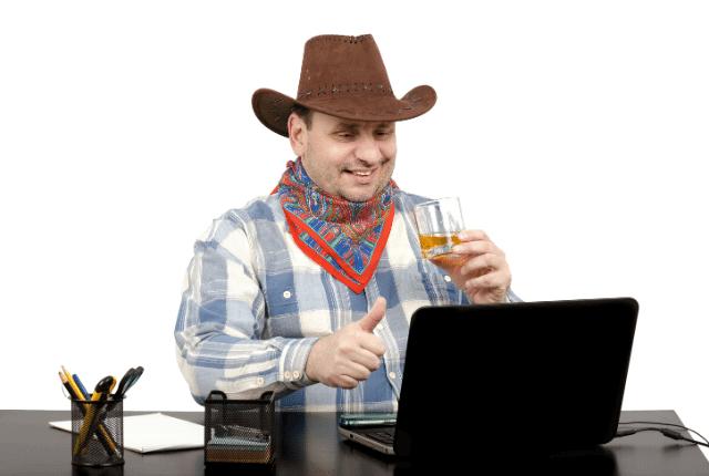 איש עם כובע נהנה מסרטון במחשב