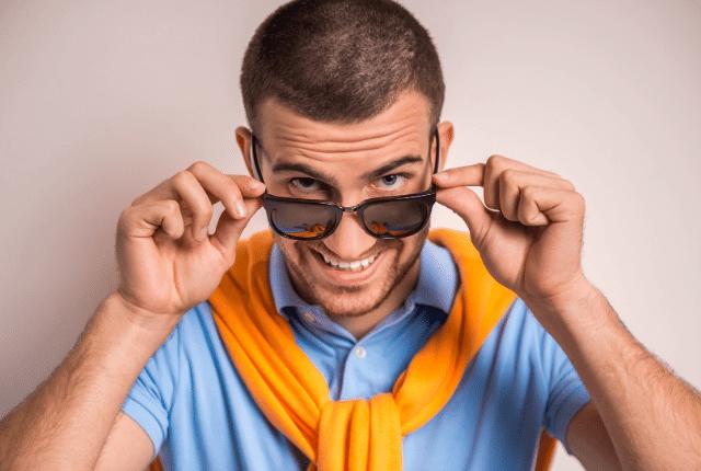 איש עם משקפי שמש מחייך
