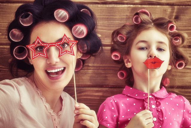 אישה וילדה מחייכות עם משקפיים