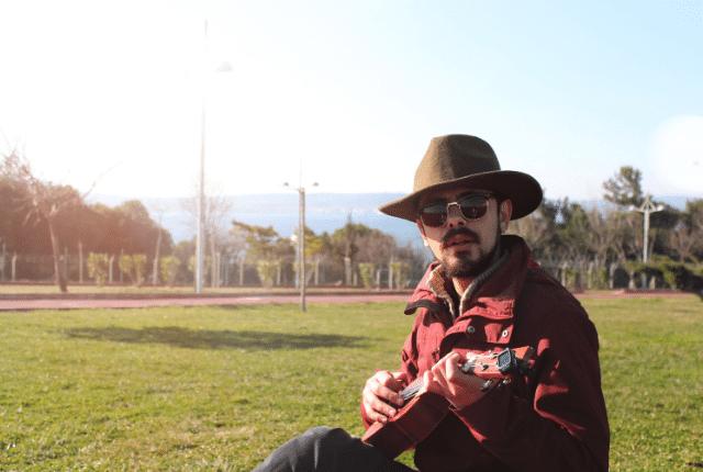 איש על דשא עם גיטרה