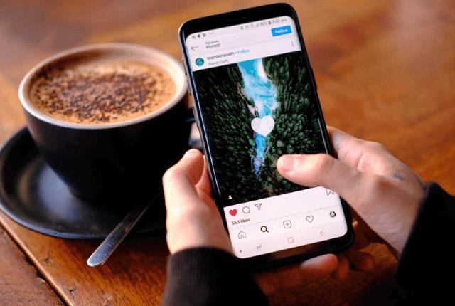 פלאפון עם אינסגרם לצד כוס קפה